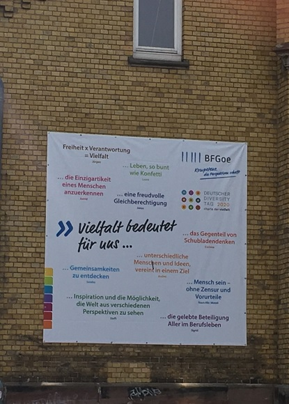 "Banner ""Vielfalt bedeutet für uns..."" hängt an Hauswand"